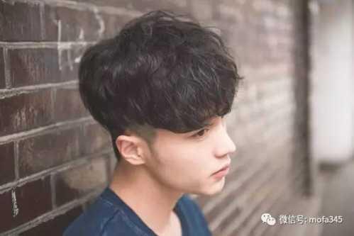 男微卷短发发型图片 男生头发两侧内掏空发型设计