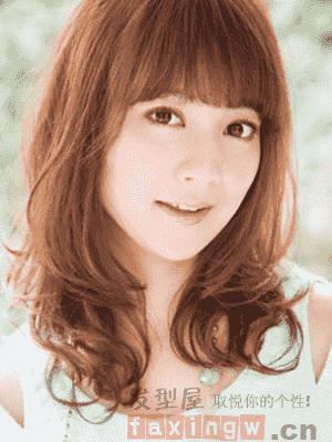 2017烫发发型中长发 齐刘海设计修颜减龄