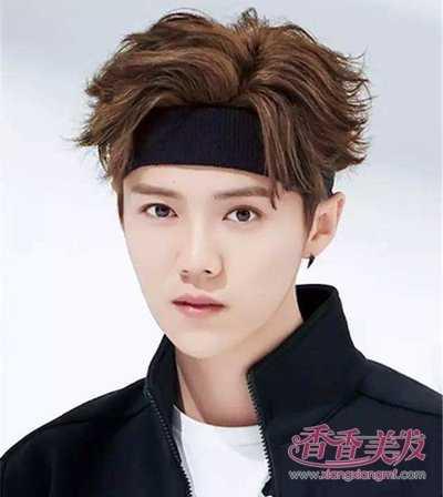 男生将暗色印花发带套在短发下面,若隐若现,整款发型创意感十足.图片